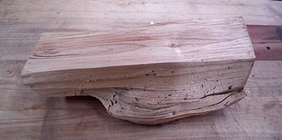 Le morceau de bois brut